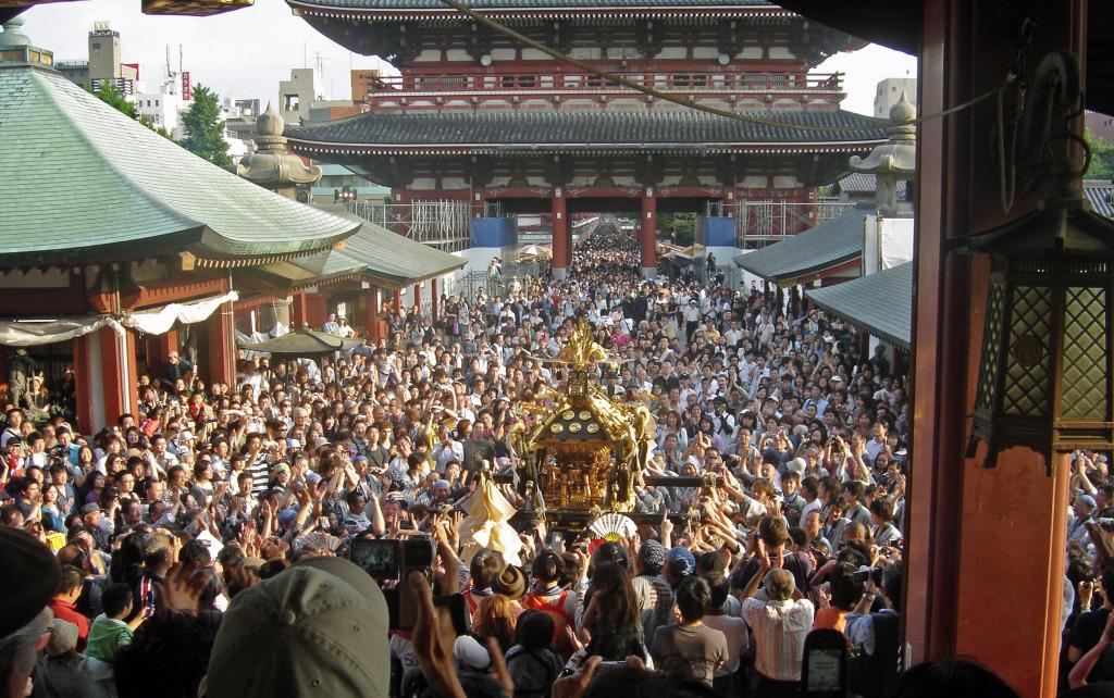 View_of_mikoshi_from_sensoji_Sanja_Matsuri_2006-3