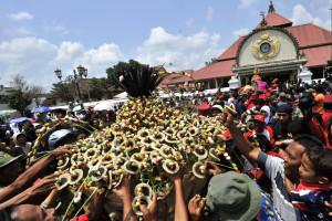 Warga berebut Gunungan saat prosesi Grebeg Besar di halaman Masjid Gede Yogyakarta, DIY, Rabu (17/11)