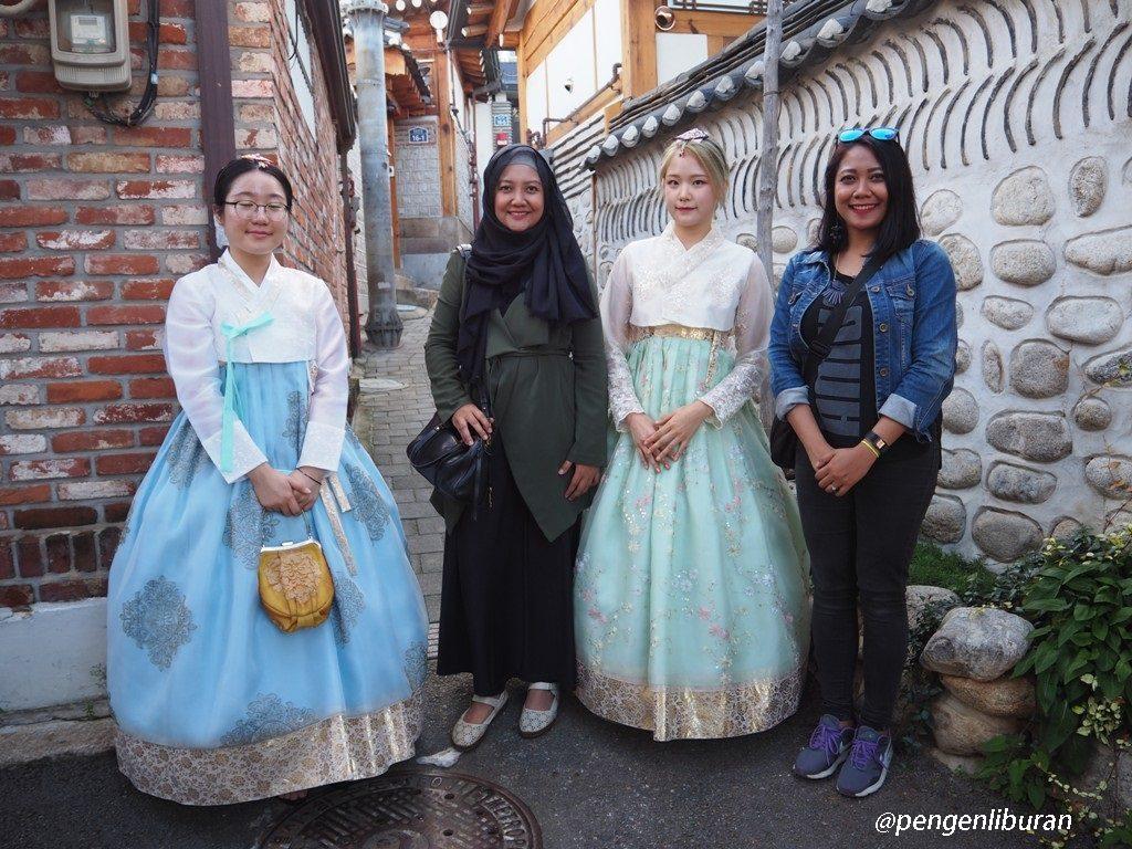 Berpakaian Hanbok di Bukchon Hanok Village Seoul Korea