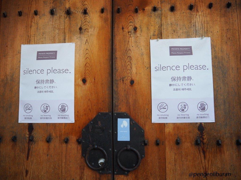 Himbauan untuk tidak berisik di Bukchon Hanok Village