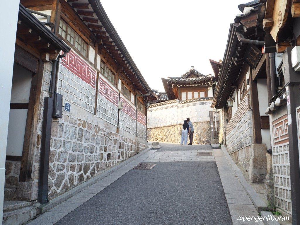 Romantic Couple di Bukchon Hanok Village Seoul Korea
